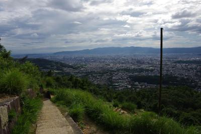 大文字山の火床から大阪方向を眺める